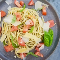 Creamy Pesto Spaghetti with Fresh Tomatoes